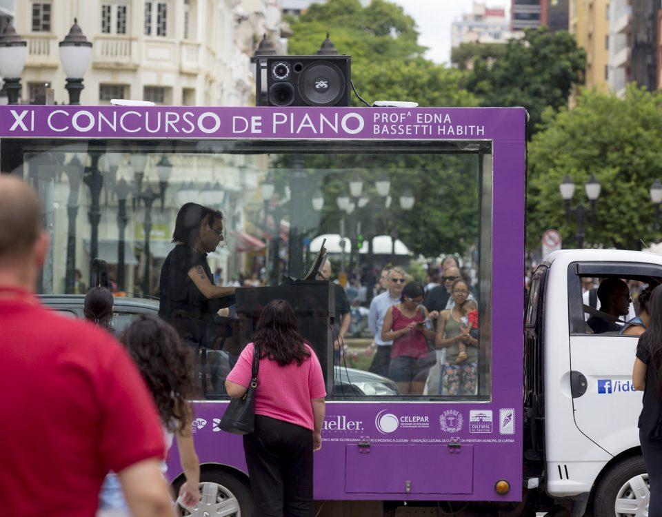 Pianistas tocam em caminhão que circula pelo centro da cidade para promover o XI Concurso de Piano. Curitiba, 07/03/2017  Foto: Brunno Covello